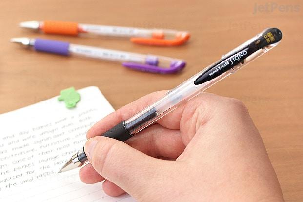 metin, yazı gereçleri, sabit, kalem içeren bir resim Açıklama otomatik olarak oluşturuldu